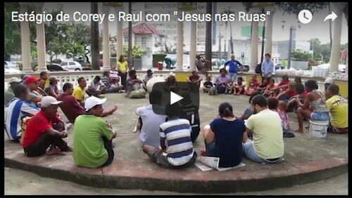 """Corey e Raul servindo com """"Jesus nas Ruas""""."""